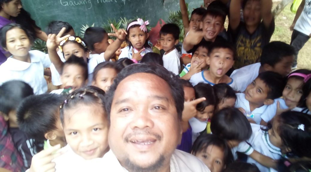 Principal Nagz Sapasan and his joyful students at Cmdr Bara Elementary School