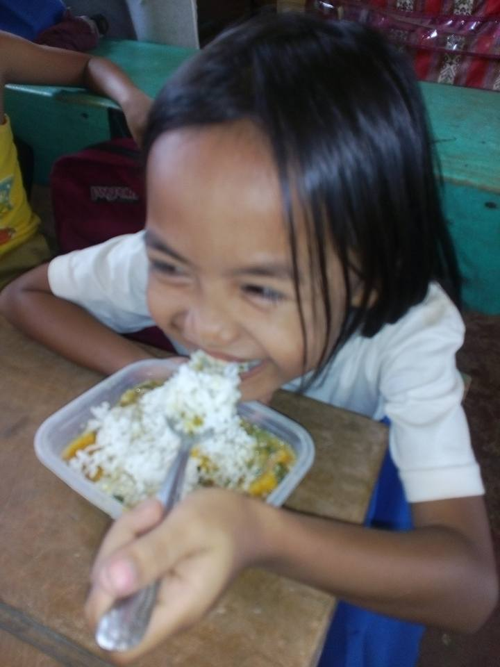 little girl eating lunch Maindang